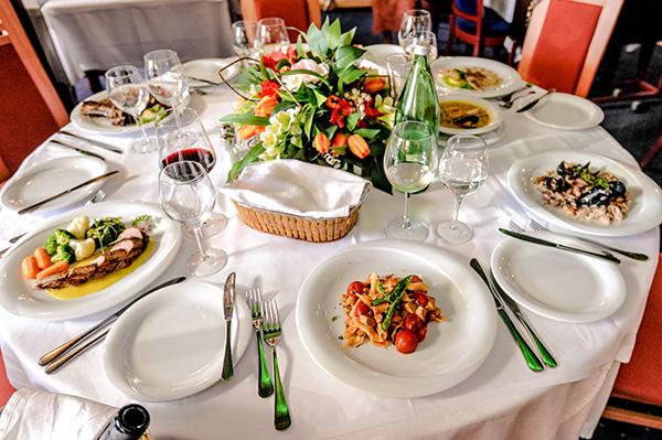 Prekrasno postavljen stol u restoranu Evergreen