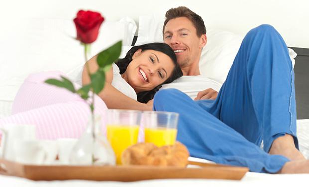 Romantični doručak u krevetu