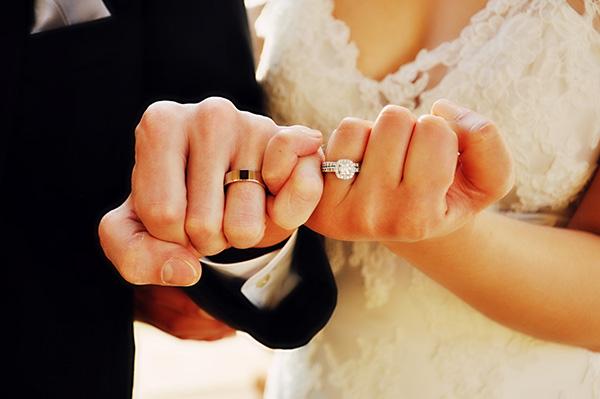 Vjenčani par nakon vjenčanja u crkvi